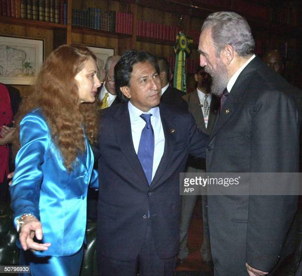 Picture taken 02 January 2003 in Brasilia of Cuban President Fidel Castro confering with Peruvian President Alejandro Toledo and his wife Eliane Karp...