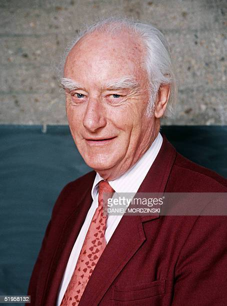 Picture taken 23 April 1993 in Paris of British biophysicist Francis Harry Compton Crick in front of a blackboard explaining his work to discover the...