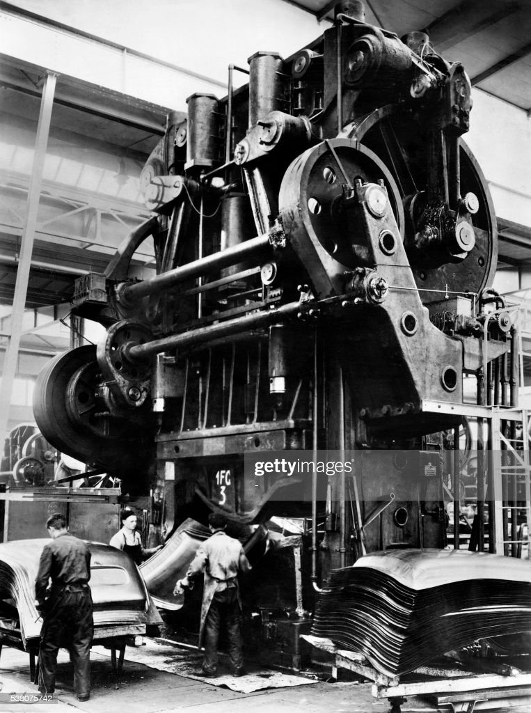 Picture taken at the beginning of the 20th century of workers in the car Opel firm in Russelsheim / AFP /