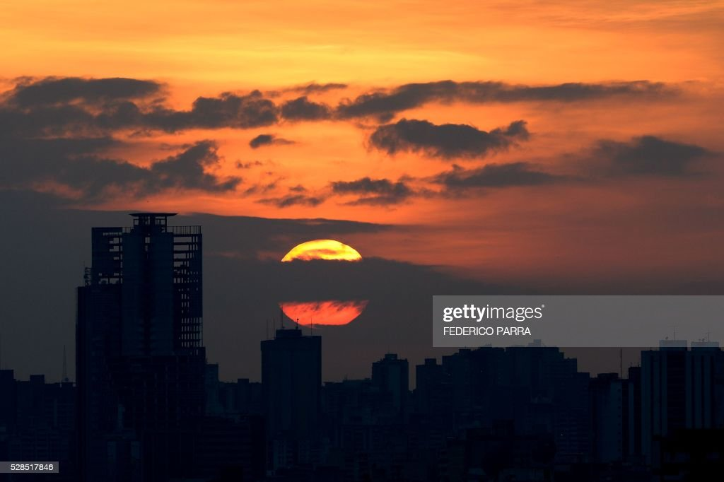 Picture taken during sunset in Caracas on May 5, 2016. / AFP / FEDERICO