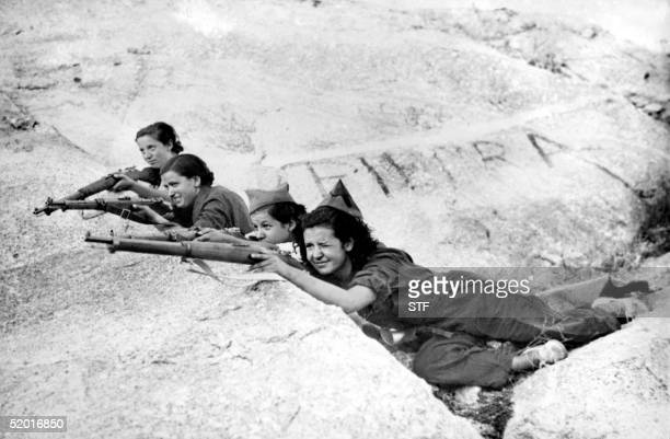 Picture taken during the Spanish Civil War in the late 30s of Republican women shooting during a military exercice in an unidentified place