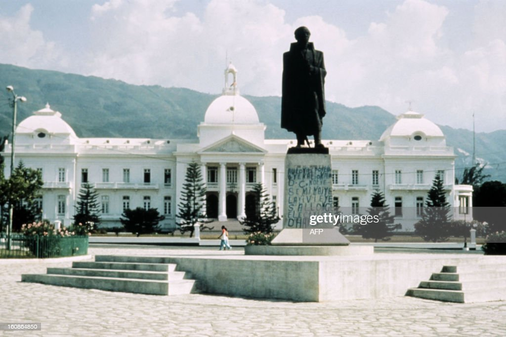 A picture taken in 1990 shows haiti 39 s national palace in for Au jardin du port le palais