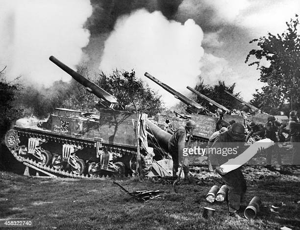 A picture taken in september 1944 shows a battery of American 155mm selfpropelled guns firing at the village of Bildohen in one of the initial...