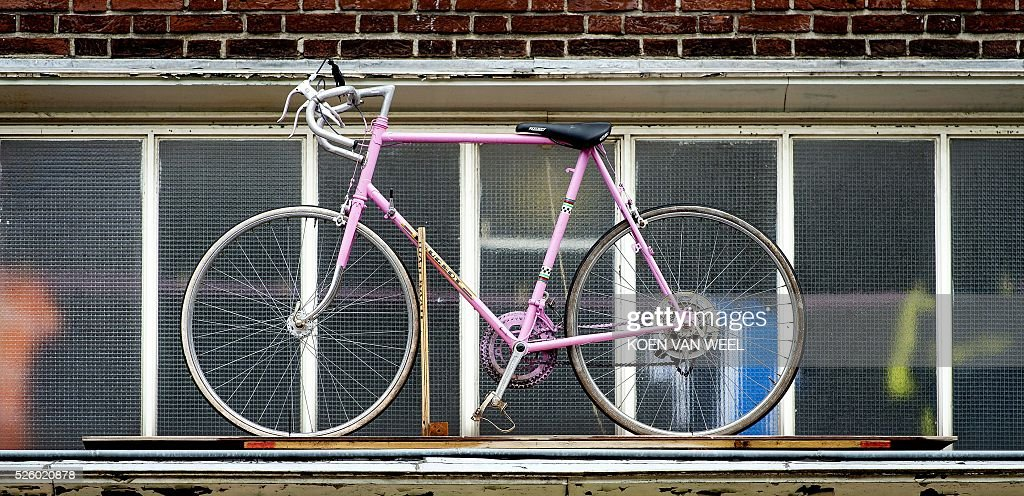 A picture taken on April 29, 2016 shows pink bike to decorate ahead of the start of the Giro d'Italia in Apeldoorn. The Giro d'Italia Italian cycle race, that will start in Apeldoorn on May 6. / AFP / ANP / Koen van Weel / Netherlands OUT