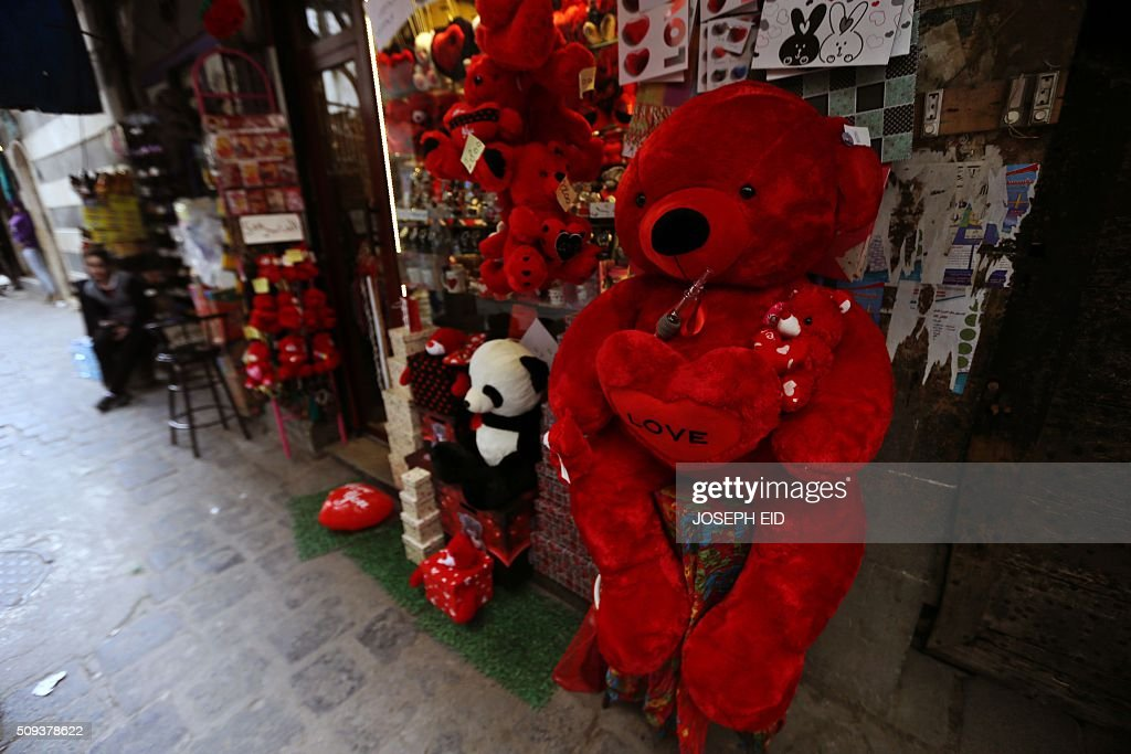 A picture taken on February 10, 2016 in Damascus shows red teddy bears displayed outside a shop for Valentine's day. / AFP / JOSEPH EID