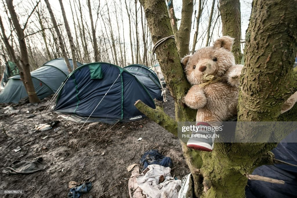A picture taken on February 11, 2016 shows tents and a teddy-bear in the so-called 'Jungle' migrant camp in Gande-Synthe where 2,500 refugees from Kurdistan, Iraq and Syria live in Grande-Synthe near the city of Dunkirk, northern France. / AFP / PHILIPPE HUGUEN