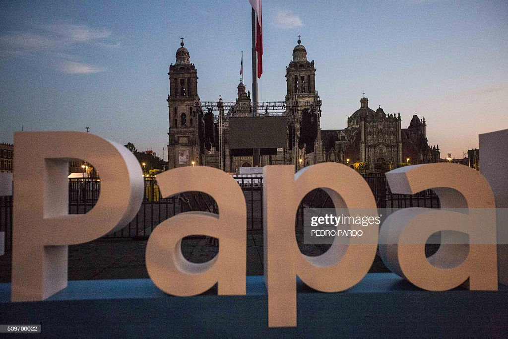 Picture taken on February 12, 2016 at the Zocalo square in Mexico City, where Pope Francis is expected to arrive later today. Pope Francis left Rome on Friday bound for Cuba, where he is to hold a historic meeting Russian Patriarch Kirill before continuing on to Mexico for a five-day visit. AFP PHOTO / Pedro PARDO / AFP / Pedro PARDO