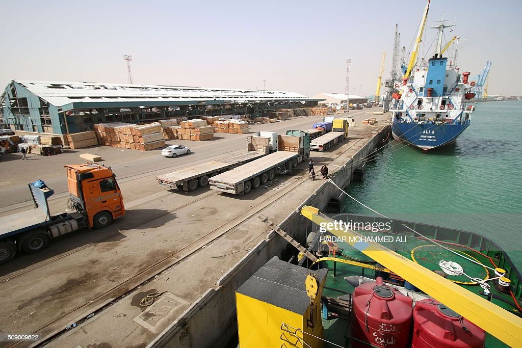 A picture taken on February 8, 2016 shows cargo ships docked at the Iraqi port of Umm Qasr near the southern city of Basra. / AFP / HAIDAR MOHAMMED ALI