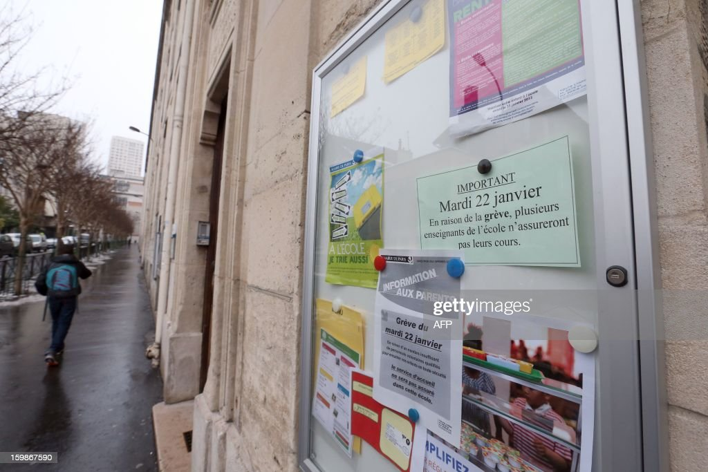 A picture taken on January 22, 2013 shows an information sign at the entrance of a primary school in Paris, on the first day of a strike in Paris' schools called by French educational trade unions to protest against French Education Minister's project to turn back to a 4,5-day work-week for the 2013-2014 schoolyear. AFP PHOTO THOMAS SAMSON