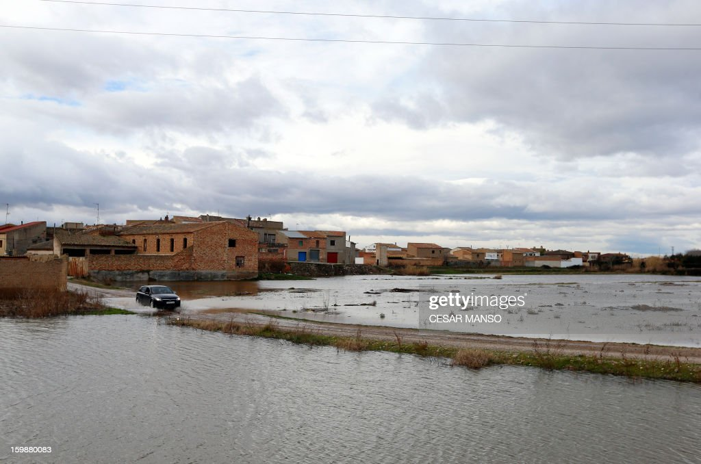 A picture taken on January 22, 2013 shows flooded areas in Boquianeri, near Zaragoza, following the rise of the River Ebro due to heavy rainfall. AFP PHOTO / CESAR MANSO