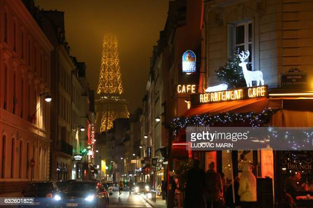 A picture taken on January 24 2017 in Paris show the top of the Eiffel tower hidden by the pollution and the fog / AFP / LUDOVIC MARIN