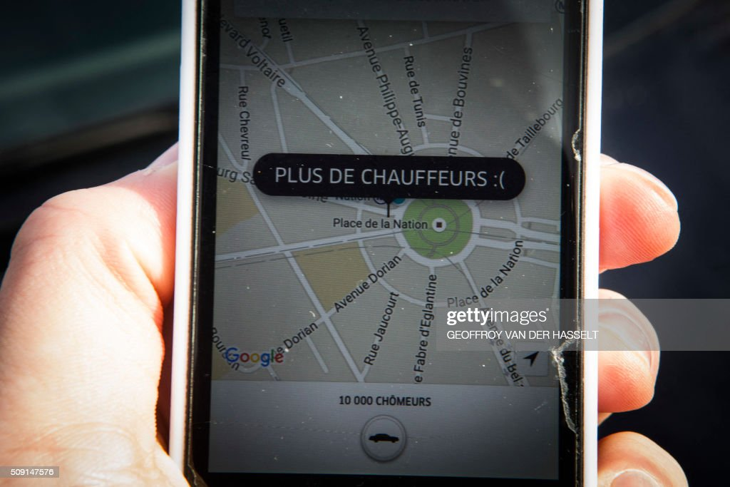A picture taken on January 9, 2016 in Paris shows a smartphone displaying the app for ride service Uber with a box reading 'No more drivers', as Uber suspends the app from 11am to 3pm in support of protesting non-licensed private hire cab drivers. Members of services known in France as 'voitures de tourisme avec chauffeur' (VTC - Tourism vehicle with driver) have been protesting against assurances the French Prime minister has given to taxis. / AFP / Geoffroy Van der Hasselt