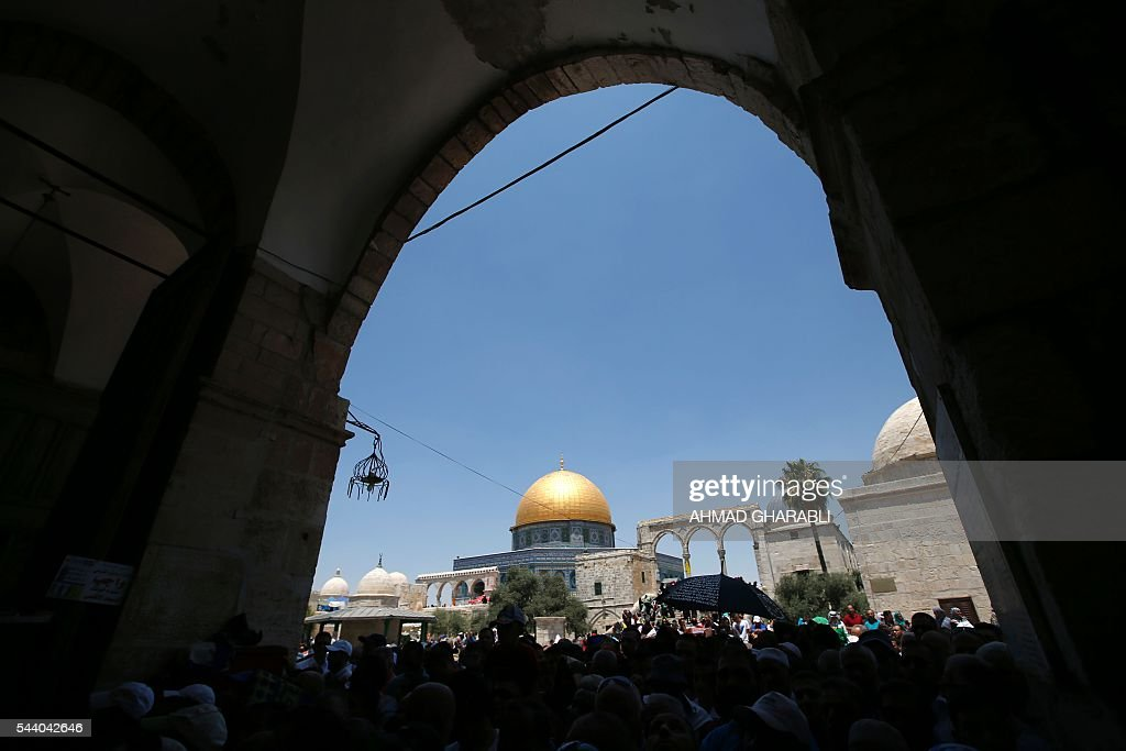 A picture taken on July 1, 2016 shows a general view of Palestinians gathering outside the Dome of the Rock in Jerusalem's Al-Aqsa mosque compound during the last Friday prayers of the holy Muslim fasting month of Ramadan. / AFP / AHMAD