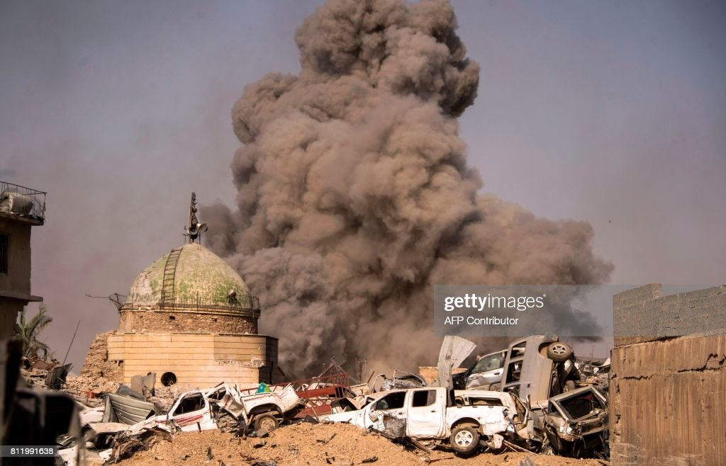 TOPSHOT - A picture taken on July 10, 2017, shows smoke plumes billowing in the Old City of Mosul during the offensive by the Iraqi force to retake the embattled city from Islamic State (IS) group fighters. / AFP PHOTO / Fadel SENNA