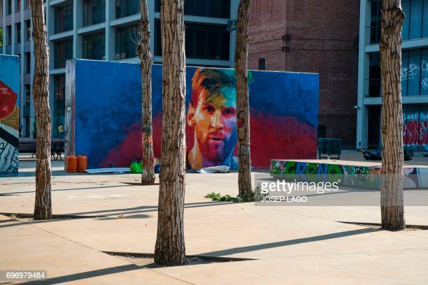A picture taken on June 17 2017 shows a graffiti portraying Barcelona's Argentinian forward Lionel Messi in Barcelona / AFP PHOTO / Josep LAGO