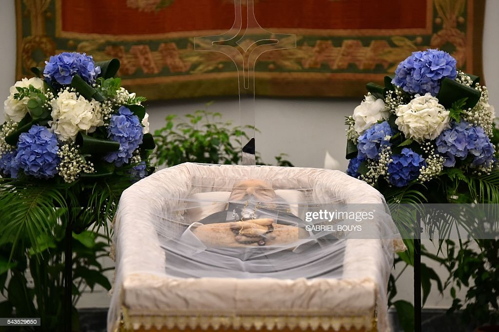 A picture taken on June 29, 2016 shows the coffin of Italian actor Bud Spencer, lying in repose at Rome's city hall. Bud Spencer who starred in a string of spaghetti westerns, died on June 27 in Rome aged 86, his family confirmed. Spencer, born Carlo Pedersoli in Italy in 1929, played in 16 films alongside Terence Hill, whose real name was Mario Girotti. / AFP / GABRIEL