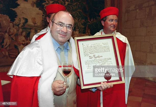 A picture taken on June 8 1993 shows British actor Bob Hoskins posing with a SaintEmilion wine glass and his 'honorary winemaker and SaintEmilion...