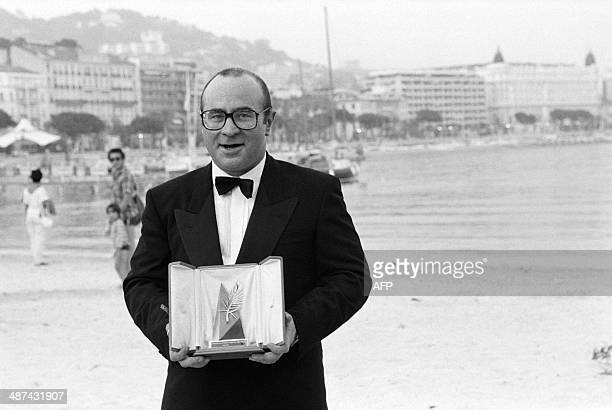 A picture taken on May 19 1986 shows British actor Bob Hoskins posing with his best actor award for his role in 'Mona Lisa' at the 1986 Cannes Film...