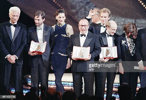 A picture taken on May 19 1986 shows British actor Bob Hoskins posing with his best actor award for his role in 'Mona Lisa' next to singer Johnny...