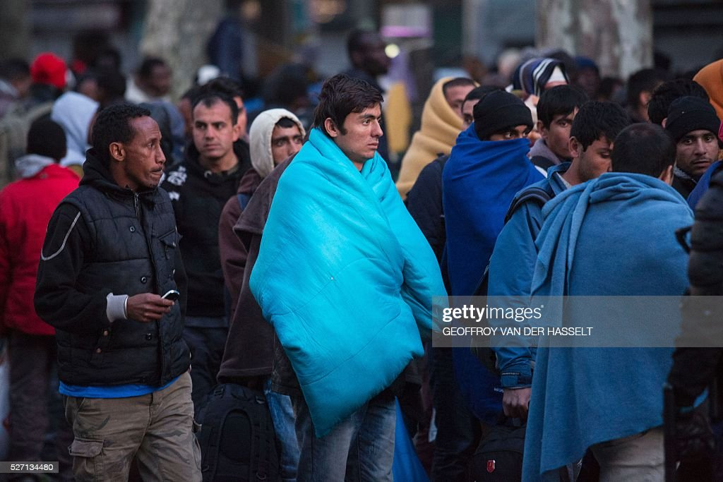A picture taken on May 2, 2016 shows migrants being evacuated from a makeshift camp under the Stalingrad metro station in Paris. / AFP / Geoffroy Van der Hasselt
