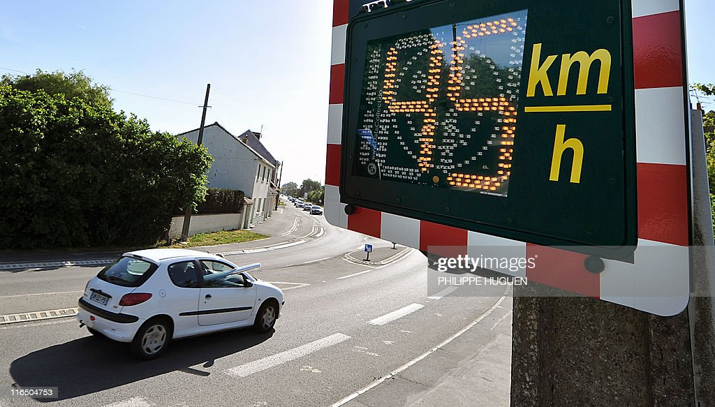 A picture taken on May 23, 2011 in Bailleul, northern France, shows an information radar showing the speed of a vehicle. France's Interior Minister Claude Gueant announced on May 22, 2001, the installation next week of around one thousand information radars in France, showing the speed without applying any sanctions against the drivers. AFP PHOTO / PHILIPPE HUGUEN