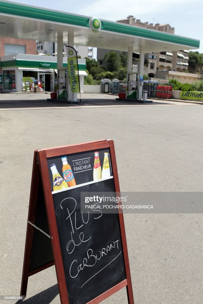 A picture taken on May 27, 2016 in Ajaccio, shows a 'no gaz' sign on a gas station in shortage on the French Mediterranean island of Corsica. Blockades of French fuel depots manned by union activists have been cleared away and just one remains out of operation because of a strike, the government said on May 27, 2016. / AFP / Pascal POCHARD