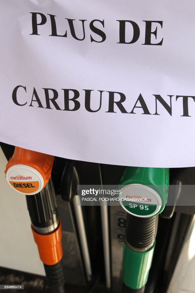 Picture taken on May 27, 2016 in Ajaccio, shows a shows a 'no gaz' sign at a gas station in shortage on the French Mediterranean island of Corsica. Blockades of French fuel depots manned by union activists have been cleared away and just one remains out of operation because of a strike, the government said on May 27, 2016. / AFP / Pascal POCHARD