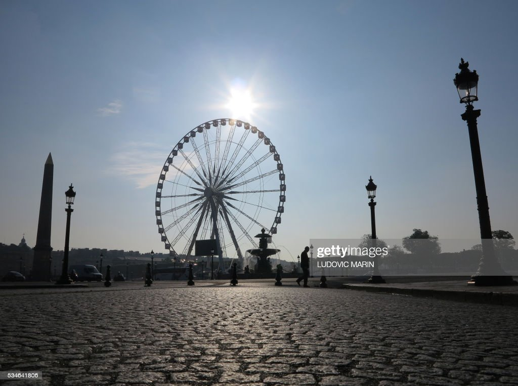 Picture taken, on May 27, 2016, shows a man passing by the Concorde square in Paris. / AFP / LUDOVIC