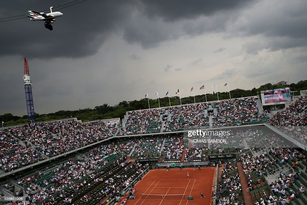 A picture taken on May 28, 2016 shows a camera over the court during the women's third round match between US player Serena Williams and France's Kristina Mladenovic at the Roland Garros 2016 French Tennis Open in Paris on May 28, 2016. / AFP / Thomas SAMSON