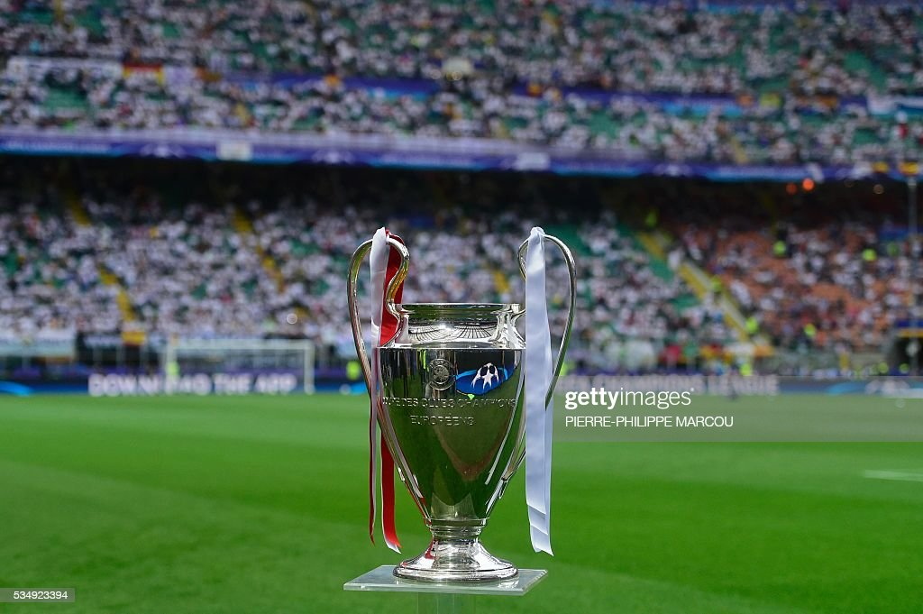 A picture taken on May 28, 2016 shows the UEFA Champions League trophy prior to the final football match between Real Madrid and Atletico Madrid at San Siro Stadium in Milan. / AFP / PIERRE
