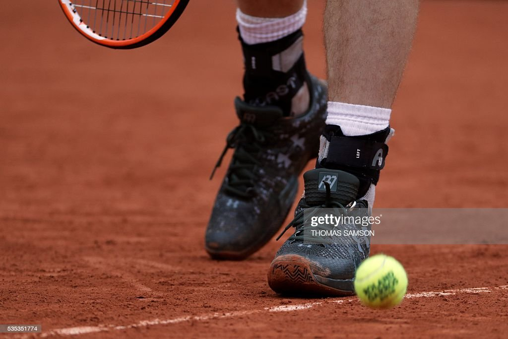 A picture taken on May 29, 2016 shows British player Andy Murray's wedding ring on his shoelaces during their men's fourth round match at the Roland Garros 2016 French Tennis Open in Paris. / AFP / Thomas SAMSON