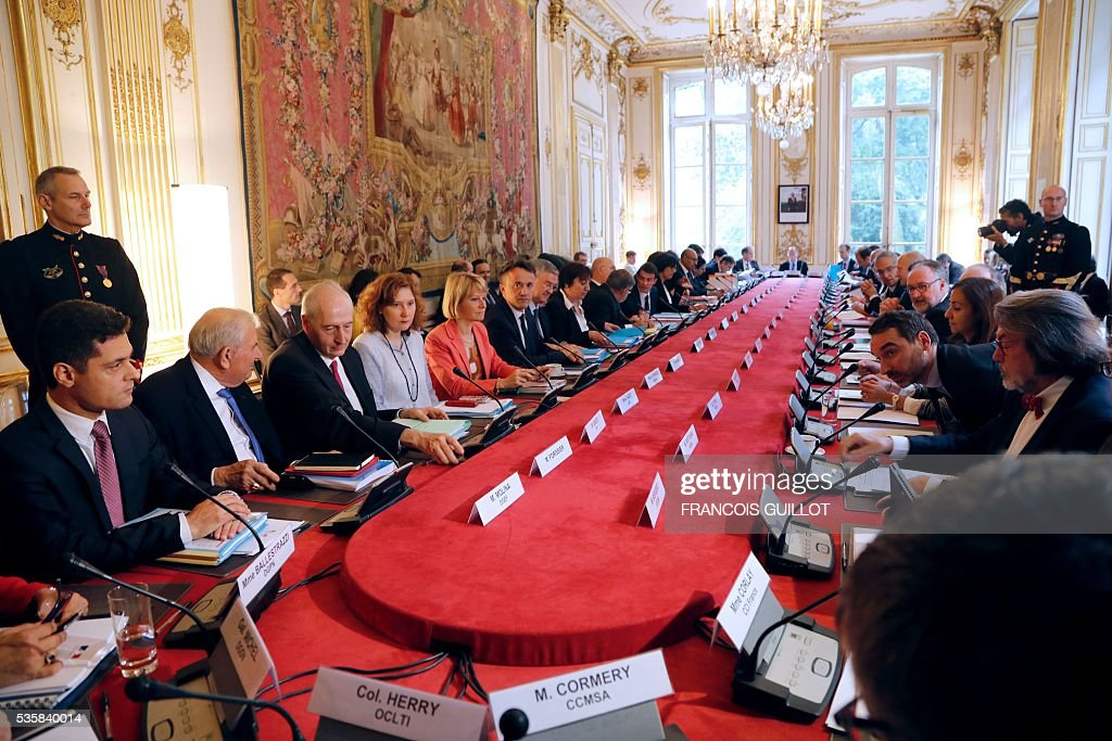 A picture taken on May 30, 2016 at the hotel Matignon in Paris shows a government meeting on the fight against undeclared work. / AFP / FRANCOIS