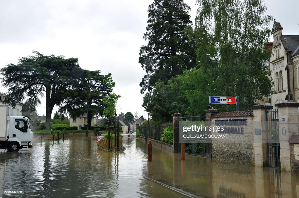 A picture taken on May 31, 2016 southern Orleans, shows a gendarmerie surrounded by water as the Loiret department is under flood alert following heavy rainfalls. France's weather agency Meteo France maintained today 18 departments under orange alert for heavy rainfalls, which have already disrupted transports in the northeastern part of the country. / AFP / GUILLAUME