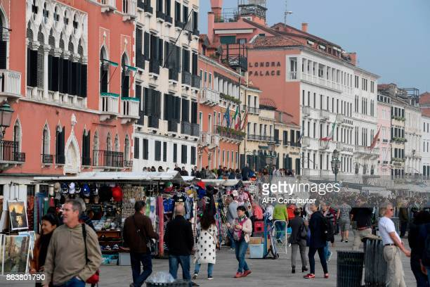 A picture taken on October 20 2017 shows tourits close to St Marks square A referendum will be held on October 22 2017 in the Italian regions of...
