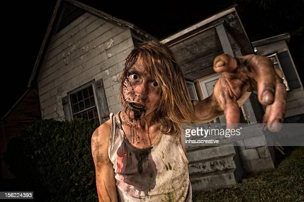 Bilder von echten Klassiker Zombie vor einem Old Bauernhaus