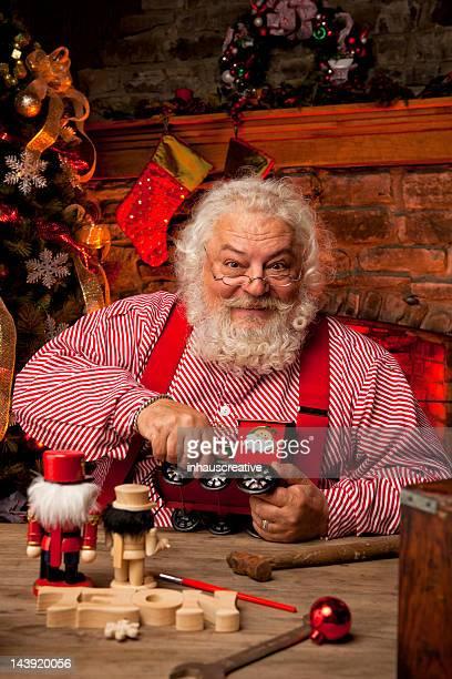 Des photos de vrais Père Noël dans son atelier pour jouets