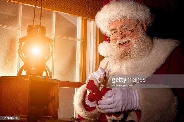 Des photos de vrais Santa Claus travaillant dans sa boutique