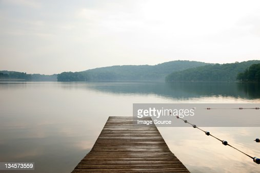 Pier onto calm lake, Bear Mountain, NY, USA : Stock-Foto