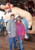 Pierre Brice Ehefrau Hella Brice bei Paris/Frankreich 'Asterix'VergnuegungsPark 'Obelix' SonnenbrilleSchauspieler Schauspielerin Promis Prominente...