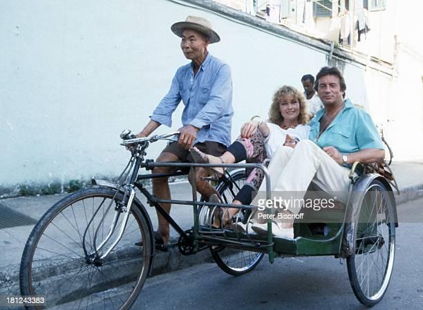Pierre Brice Ehefrau Hella Einheimischer neben den Dreharbeiten zur ARDSerie 'Schoene Ferien' Folge 5 'Singapur/Malaysia' Asien in der FahrradRikscha...