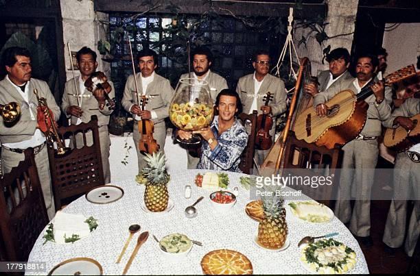 Pierre Brice Orchester Durango Mexiko Mittelamerika Amerika WeinGlas MusikInstrumente Frchte Geige Ananas spielen Auftritt Schauspieler PH