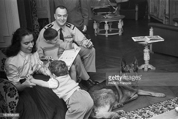 Pierre Clostermann In Algeria Juin 1956 durant le conflit algérien Pierre CLOSTERMANN aviateur homme politique et romancier assis en uniforme de...