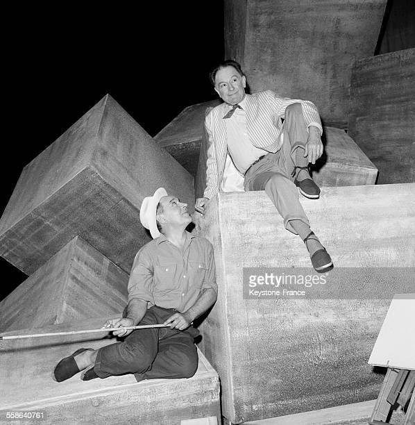 Pierre Fresnay et Julien Bertheau sur scène dans la pièce 'L'idée fixe' de Paul Valéry à Paris France le 24 janvier 1966