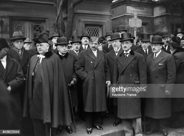 Pierre Laval Alexandre Millerand et des personnalités officielles aux funérailles au cimetière du Père Lachaise à Paris France en novembre 1934