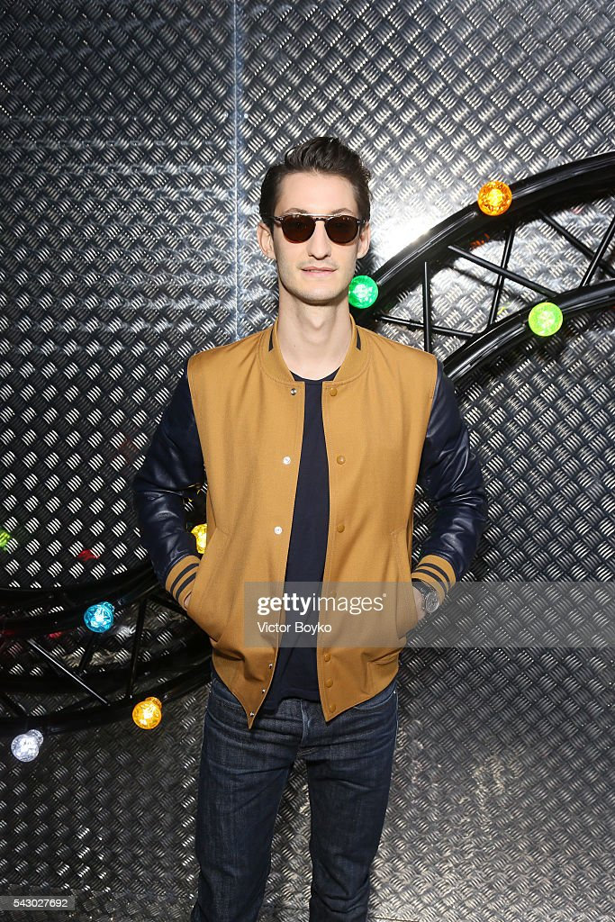 <a gi-track='captionPersonalityLinkClicked' href=/galleries/search?phrase=Pierre+Niney&family=editorial&specificpeople=8306328 ng-click='$event.stopPropagation()'>Pierre Niney</a> attends at the Dior Homme Menswear Spring/Summer 2017 show as part of Paris Fashion Week on June 25, 2016 in Paris, France.