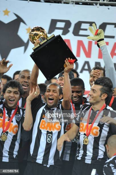 Pierre of Atletico Mineiro lifts the trophy after win aginst Lanus in the match between Atletico Mineiro and Lanús as part of the Recopa Santander...