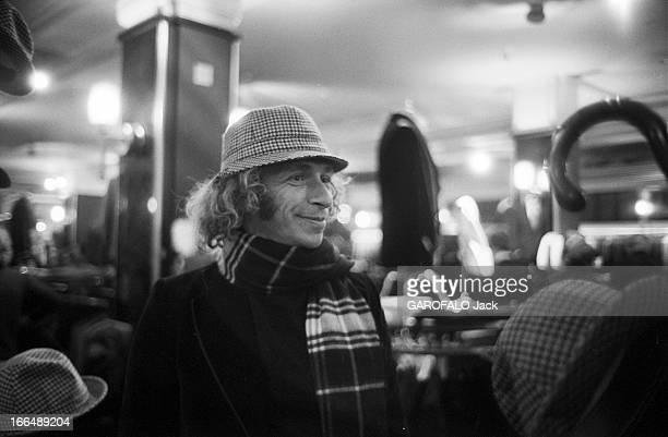 Pierre Richard In London 22 novembre 1976 l'acteur Pierre RICHARD fait du shopping à Londres Dans un magasin il essaie un chapeau pied de poule et...