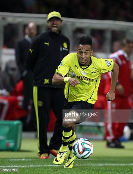 PierreEmerick Aubameyang im Hintergrund Jürgen Klopp Trainer Borussia Dortmund Fussball DFB Pokalfinale Borussia Dortmund FC Bayern München 02