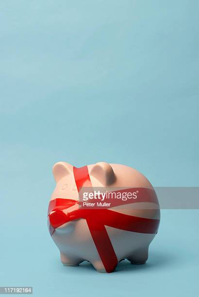Sparschwein mit roten Band