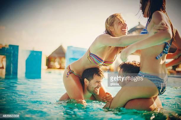 Porter sur le dos lutte de la piscine.